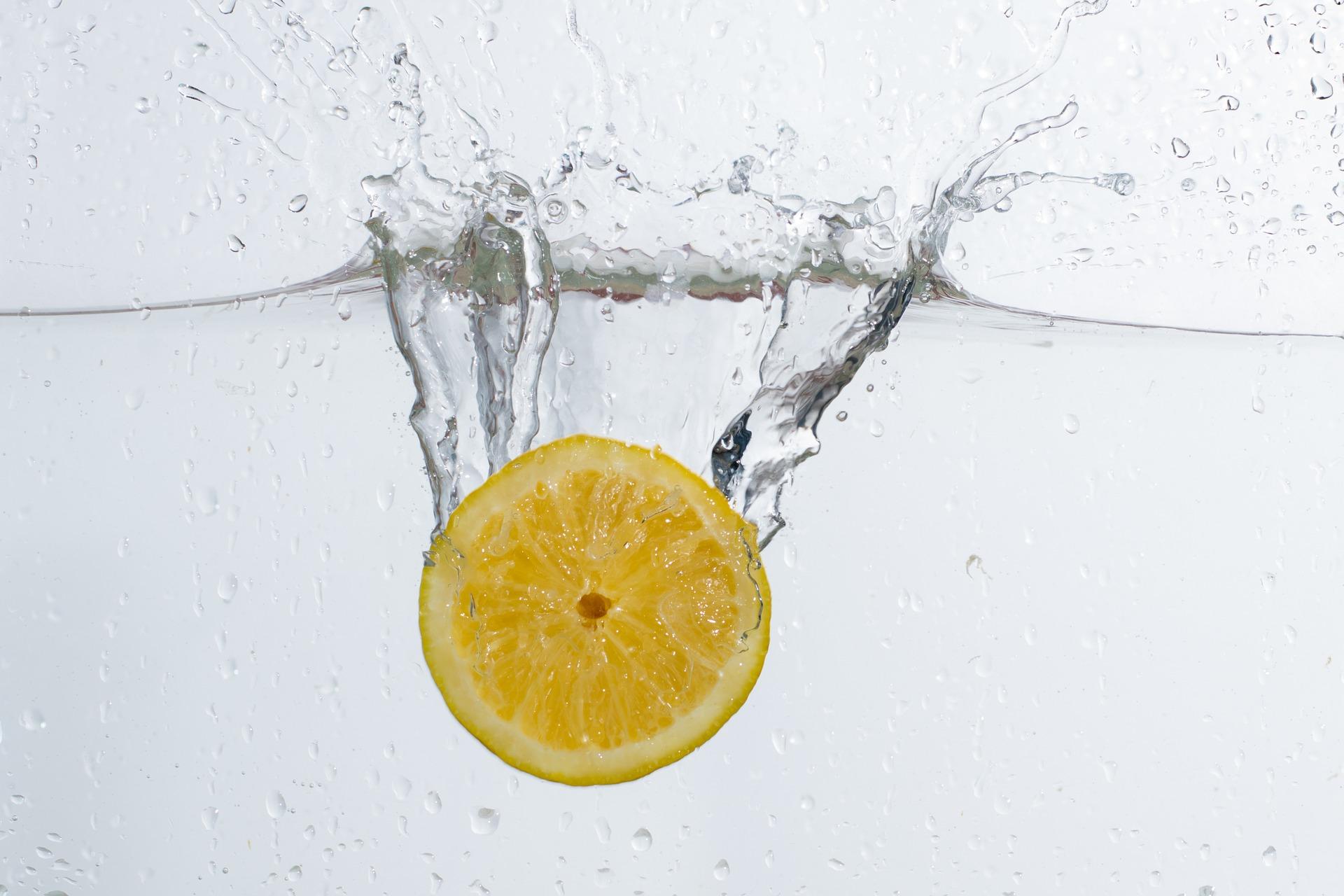 Acqua E Limone La Sera.Cosa Succede Se Bevi Acqua E Limone Prima Di Dormire Ecco La Verita Salute News